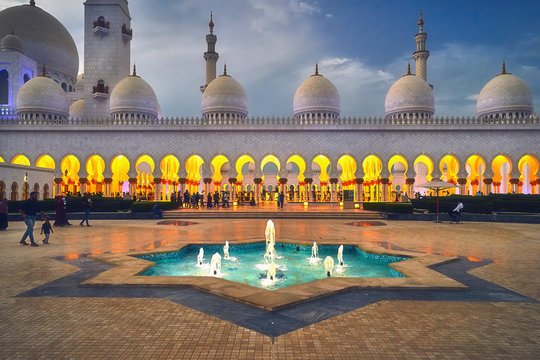 Beautiful fountain in frint of the Sheikh Zayed Grand Mosque
