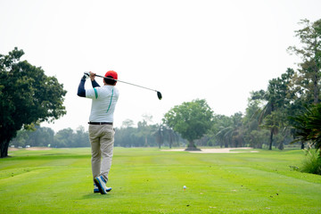 In de dag Ontspanning Golfers hit sweeping golf course in the summer