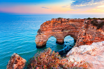 Foto op Aluminium Natuur Heart-shaped cliffs on the shore of Atlantic ocean in Algarve, Portugal. Beautiful summer landscape.