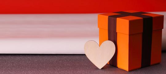 Una grande confezione regalo e un cuore