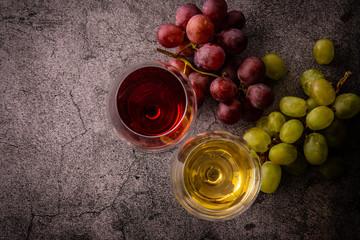2杯のワインと葡萄