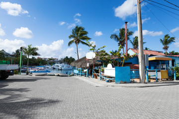Fototapete - Caribbean town with coast and speedboats