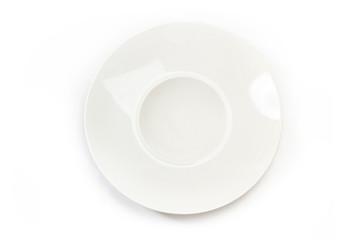 Plato blanco redondo hondo sobre fondo blanco aislado. Vista superior