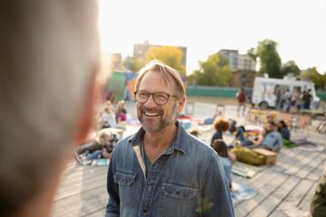 Smiling senior man talking with friend in park Fotomurales