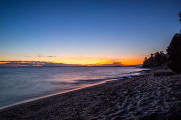 Langzeitbelichtung eines Sonnenunterganges am Meer