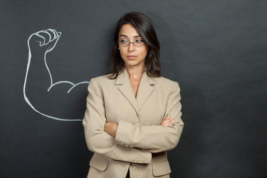 donna con giacca e occhiali ha disegnato dietro di se un braccio muscoloso
