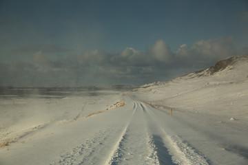 verschneiter Weg am Meer