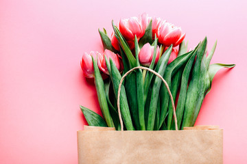 Fotorolgordijn Tulp Beautiful tulips bouquet in bag on pink background