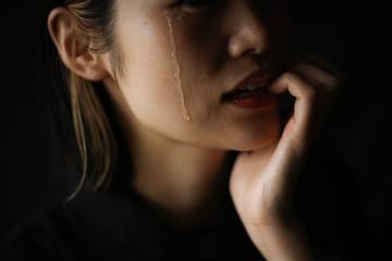 爪,涙,噛む,ストレス,心理,癖,女性,指,手,大人,室内,屋内,部屋,人物,ビジネス,1人,感情,ビジネスマン,不安,表情,疲労,日本,指先,日本人,無意識,モデル,イメージ,人,アジア,悩む,過労,自制心,気持ち,ボディパーツ,ポーズ,困る,考える,悩み,上半身,顔,ボディーパーツ,コピースペース,パーツ,パーツカット,ライフスタイル,女,嫉妬,嫉妬心,悔しい,泣く