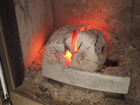 Feu de cheminée avec bûche et braises