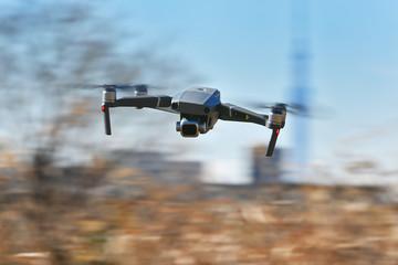 飛行中の小型ドローン Fototapete