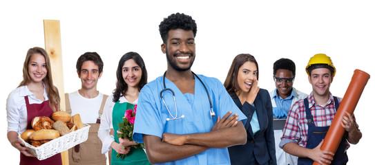 Sympathischer Krankenpfleger mit anderen Azubis
