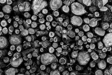 Türaufkleber Brennholz-textur montaña de troncos apilados para leña en invierno en blanco y negro