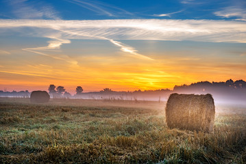 Poster de jardin Morning Glory Beautiful summer sunrise over fields with hay bales
