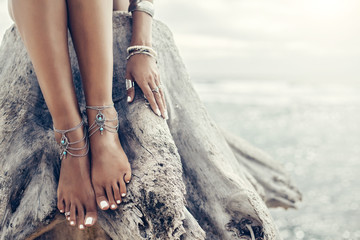 Foto auf AluDibond Boho-Stil Boho girl wearing indian silver jewelry on the beach