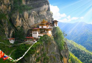 """Bhutan - im hohen Himalaya Gebirge versteckt an einer hohen Bergwand liegt das schwer zugängliche Kloster """"Tigernest"""". Nur zu Fuß kann man hier her über hunderte Treppen und schmale Pfade."""