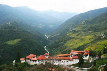 Königreich Bhutan, Jakar Dzong, Bergkloster, Himalaya Gebirge an einer hohen Bergwand, Kloster, Buddhismus, Mönche, Panorama, Ausblick, abgeschieden, Reisen, Urlaub, Asien