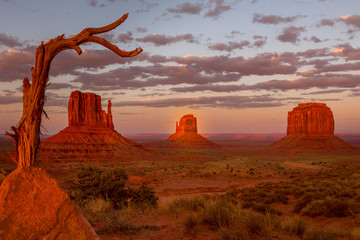 Foto auf AluDibond Fantasie-Landschaft Monument Valley, twice a year the shadow is casted on middle butte. Rare spactacle