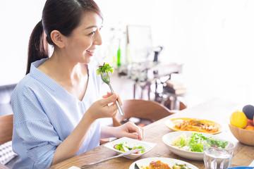 Fotobehang Kruidenierswinkel 食事をする女性