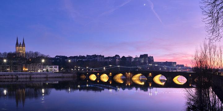 Panorama sur Angers de nuit avec une vue sur la cathédrale, le château du moyen âge et le pont qui enjambe la Maine