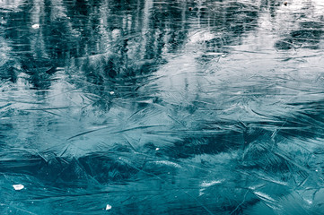 Zelfklevend Fotobehang Groen blauw reflections on the ice structure of a frozen lake