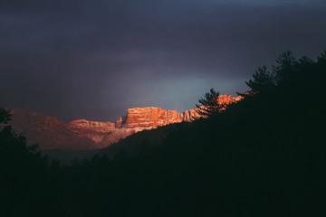 Papiers peints Bleu nuit Coucher de soleil sur la montagne, paysage naturel