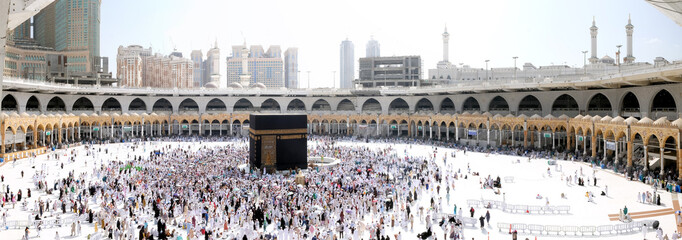 In de dag Rome Muslim Pilgrims at The Kaaba in The Haram Mosque of Mecca, Saudi Arabia, during Hajj.