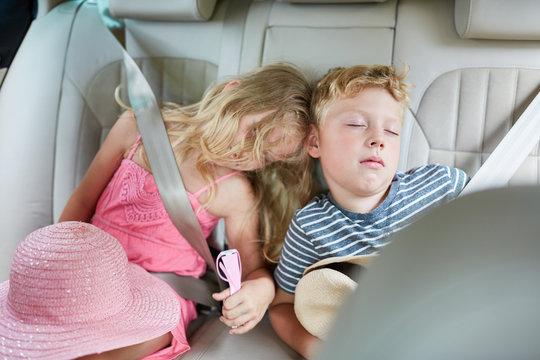 Geschwister Kinder schlafen friedlich im Auto