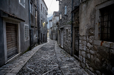Montage in der Fensternische Schmale Gasse Alleys And Narrow Street Of Old Town Perast, Montenegro.