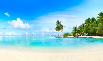 Stores à enrouleur Ile Beautiful beach with white sand, turquoise ocean, green palm trees and blue sky with clouds on Sunny day. Summer tropical landscape, panoramic view.