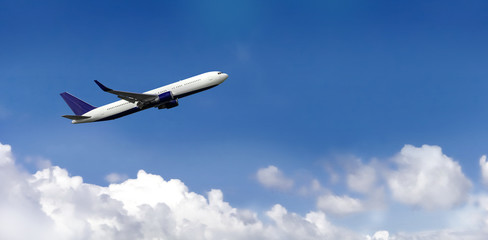 Poster Avion à Moteur White commercial passenger airplane taking off from the airport