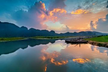 In de dag Zalm Landscape with boat in Van Long natural reserve in Ninh Binh, Vietnam