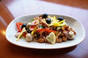 Salade  vegetables mushroom meal food