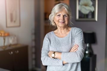 Smiling senior woman in her home Fotomurales
