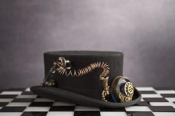 Steampunk il cappello sopra la scacchiera