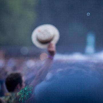 mann winkt mit hut auf lollapalooza festival, mit seifenblase