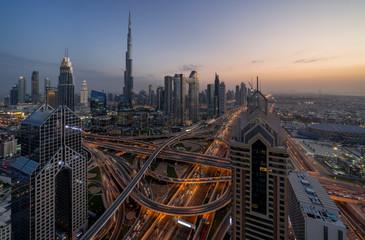 Dubai, UAE Stadtbild am Abend mit Lichtern und Blick auf den Burj Khalifa