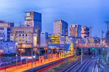 Neues Quartier und Bahnsteig in Düsseldorf