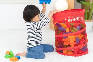 おもちゃを片付ける子供