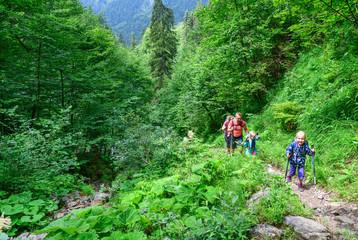 Junge Familie beim Wandern in den Oberstdorfer Bergen