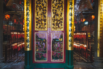 Fotobehang Bedehuis Inside old chinese temple (Man Mo Temple) in Hong Kong