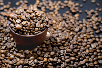 Poster Salle de cafe Coffee cup and roasted coffee beans, close up. An invigorating drink.