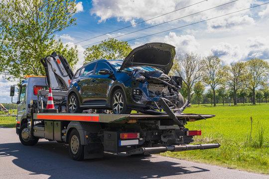 Unfallauto auf einem Abschleppwagen