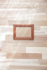シンプルな部屋の木製額縁フレーム