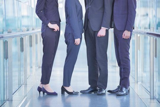 ビジネスシーン・4人のチーム