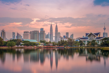 Fotorolgordijn Kuala Lumpur Skyline of Kuala Lumpur by the lake at dusk