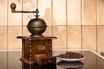 moulin à café vintage avec grains de café et moulu