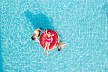Tuinposter Ontspanning Asian family relax in swimming pool