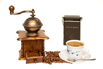 moulin à café vintage avec tasse café et grains fond blanc