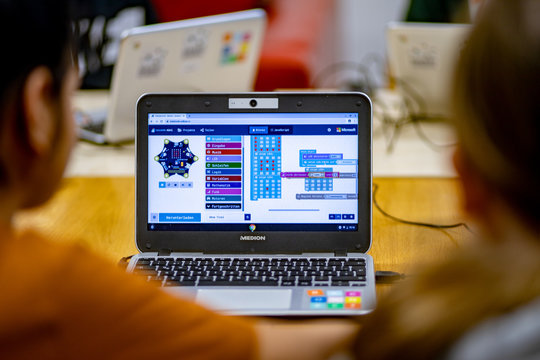Kinder lernen mit Mikrocontroller in der Grundschule programmieren, digital education